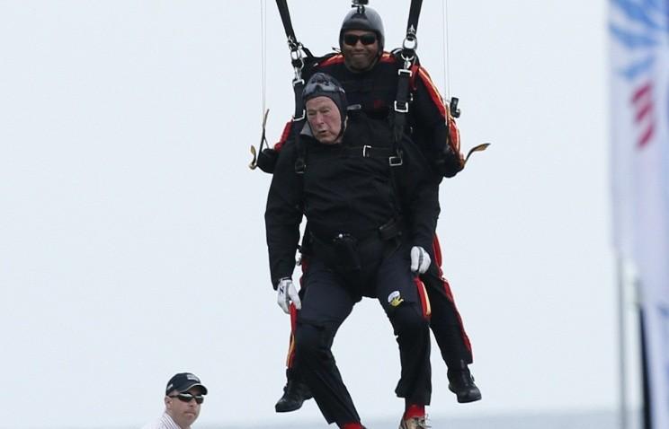 Джордж Буш-старший прыгнул с парашютом