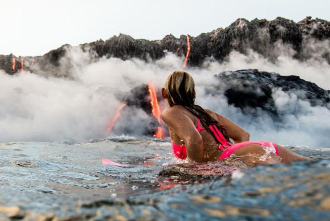 Элисон Тил каталась на серфе у извергающегося вулкана
