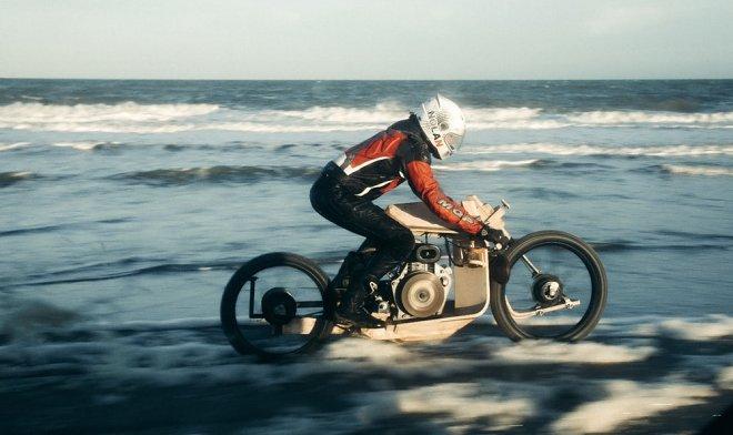 Деревянный мотоцикл на топливе из водорослей