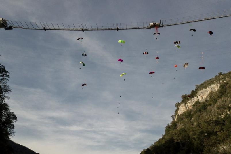 В Сочи установили новый мировой рекорд по массовости в бейсджампинге