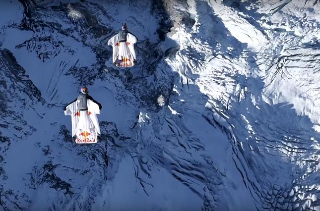 Экстремалы в вингсьютах прыгнули с горы в Альпах и попали в дверь летящего самолета