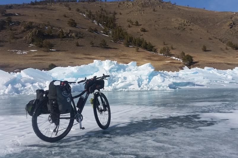 Красноярский экстремал добрался до географического центра озера Байкал на велосипеде