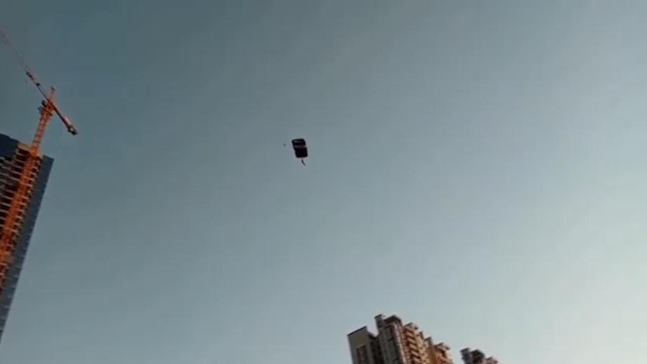 Российского экстермала задержали в Пекине за прыжок с парашютом со строящегося небоскреба