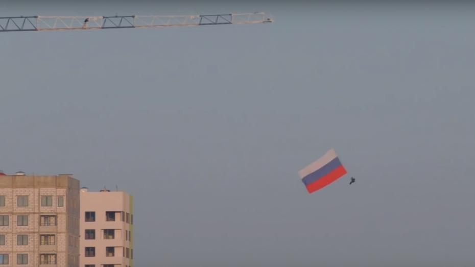Воронежский экстремал прыгнул с башенного крана с 7-метровм флагом