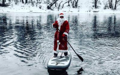 В Курске Дед Мороз переплыл реку Сейм на доске для сап-серфинга