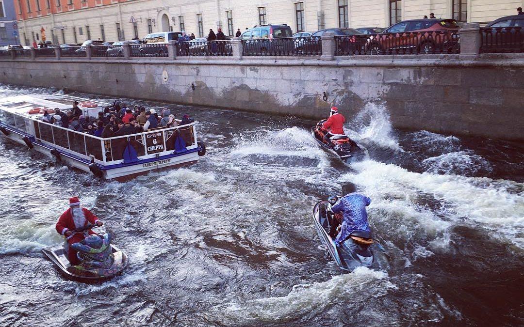 Деды Морозы устроили заплыв на гидроциклах по центру Петербурга