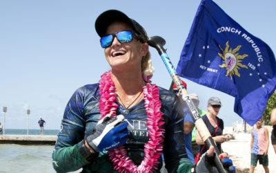 Виктория Берджесс на доске для серфинга переплыла Флоридский пролив