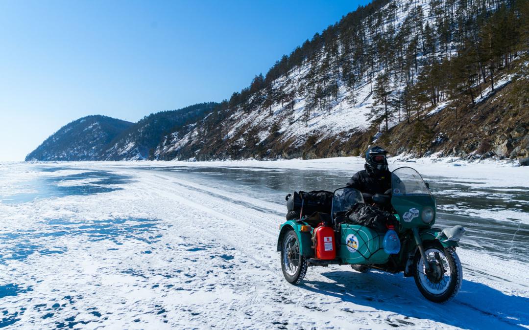 20 человек проехали по льду Байкала на «Уралах»