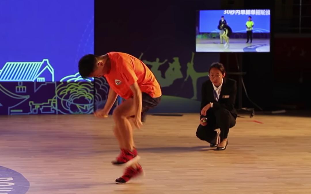 Китайский спортсмен прыгнул на скакалке 228 раз за полминуты